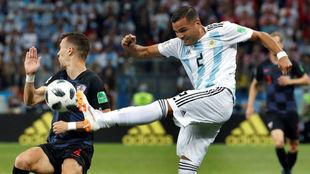 Mercado despeja un balón en el Argentina-Croacia.
