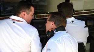 Boullier y zak Brown, CEO de McLaren, sonrían en el muro en los...