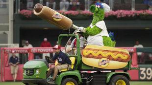 Phillie Phanatic disparando hot dogs