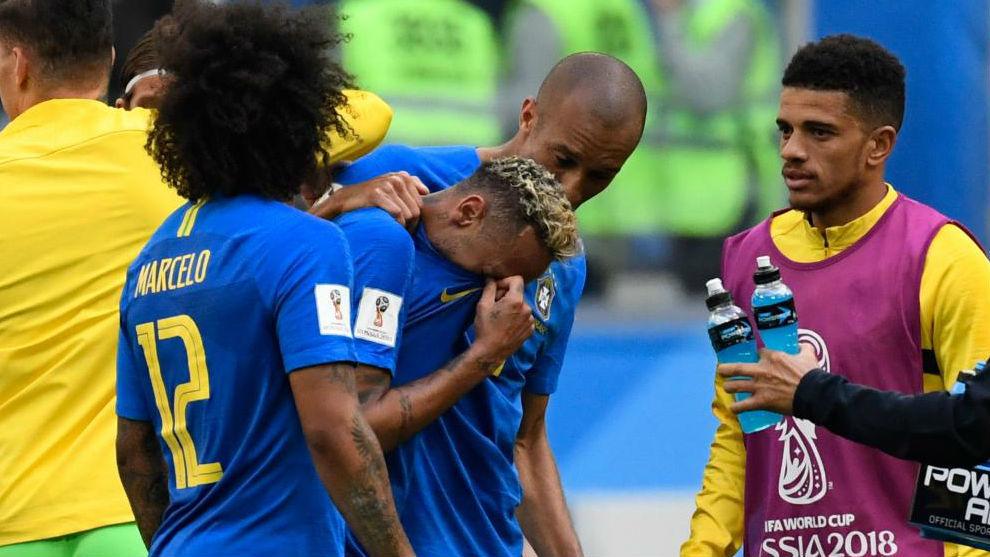Neymar es consolado por Marcelo y Miranda al final del partido ante...