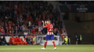 Vitolo aplaude a la afición del Atlético.