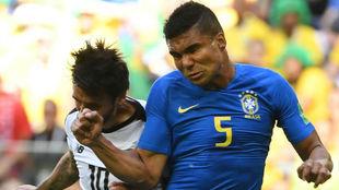 Casemiro pugna por un balón con Bryan Ruiz en el Brasil-Costa Rica.