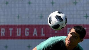 Cristiano hace malabarismos con el balón en el entreno de ayer.