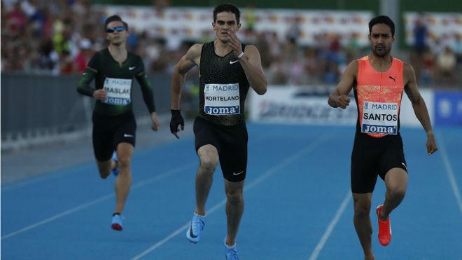 Bruno Hortelano, junto a Luguelín Santos, en la carrera de los 400...