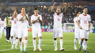 Los futbolistas suizos celebran la victoria.