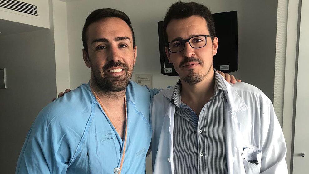 José Enrique posa con el doctor Simal días después de la operación...