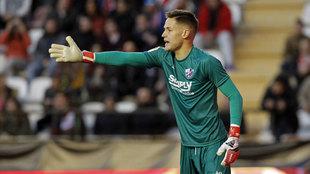 Remiro durante un partido con el Huesca.