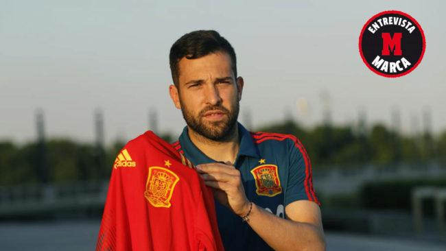 Jordi Alba posa para MARCA con la camiseta de la selección.
