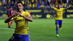 Álvaro García celebra un gol con el Cádiz ante el Zaragoza