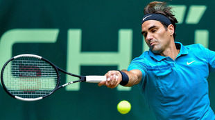 Roger Federer devuelve una bola.