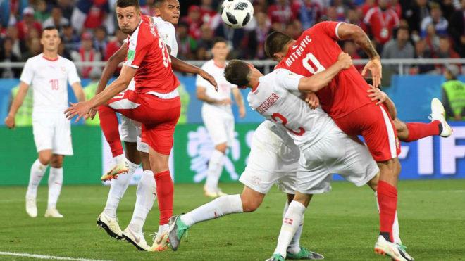 Mitrovic agarrado por Lichtsteiner en el partido Serbia-Suiza.