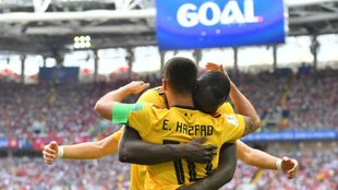 Lukaku y Hazard se abrazan en uno de los goles de Bélgica.