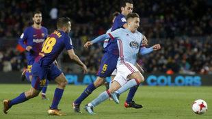 Emre Mor se marcha de Busquets y Jordi Alba en un partido ante el...