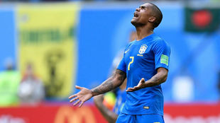 Douglas Costa se lamenta durante el partido ante Costa Rica