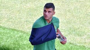 Andrew Nabbout con el brazo en cabestrillo en el entrenamiento de...