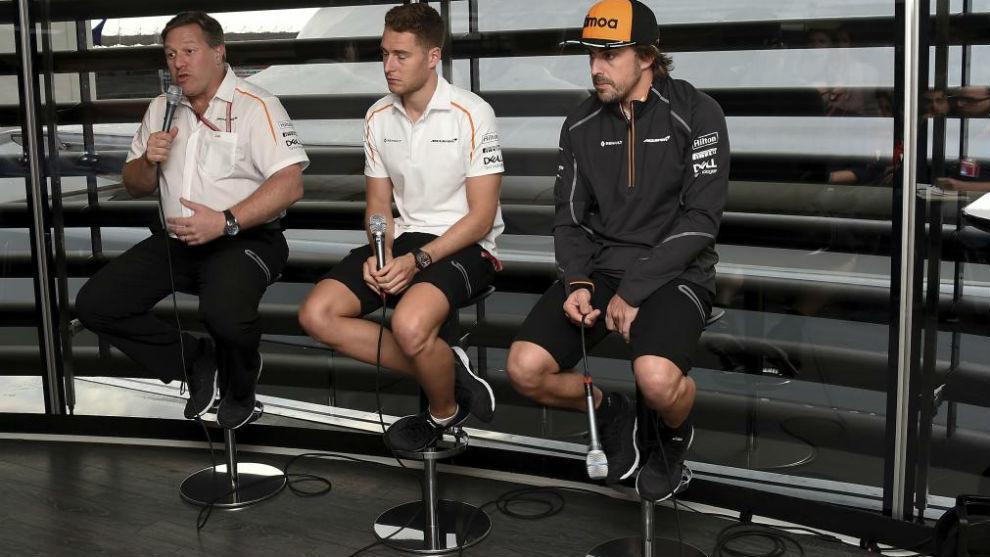 Brown, junto a Alonso y Vandoorne en el 'Meet the team' de hoy en...
