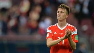 Golovin aplaude en un partido con Rusia.