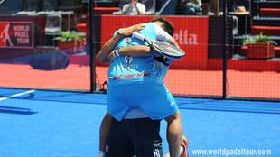 Abrazo entre Matías Díaz y Ale Galán tras su victoria en Valladolid