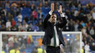 Bruno de Carvalho saluda a la grada del Bernabéu.