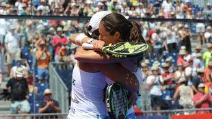 Lucía Sainz y Gemma Triay se abrazan tras ganar en Valladolid.