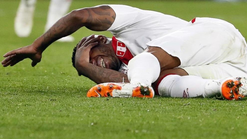 Farfán se queja de un golpe durante el partido contra Francia.