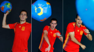 Lucas dispara la bola del mundo.
