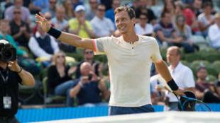 Tomas Berych saluda al público tras un partido en Stuttgart esta...