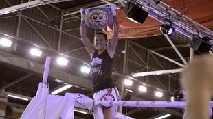 Joana Pastrana con el cinturón de campeona del mundo del peso mínimo...