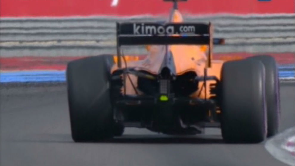 Fernando, con la rotura de la suspensión trasera izquierda justo al...