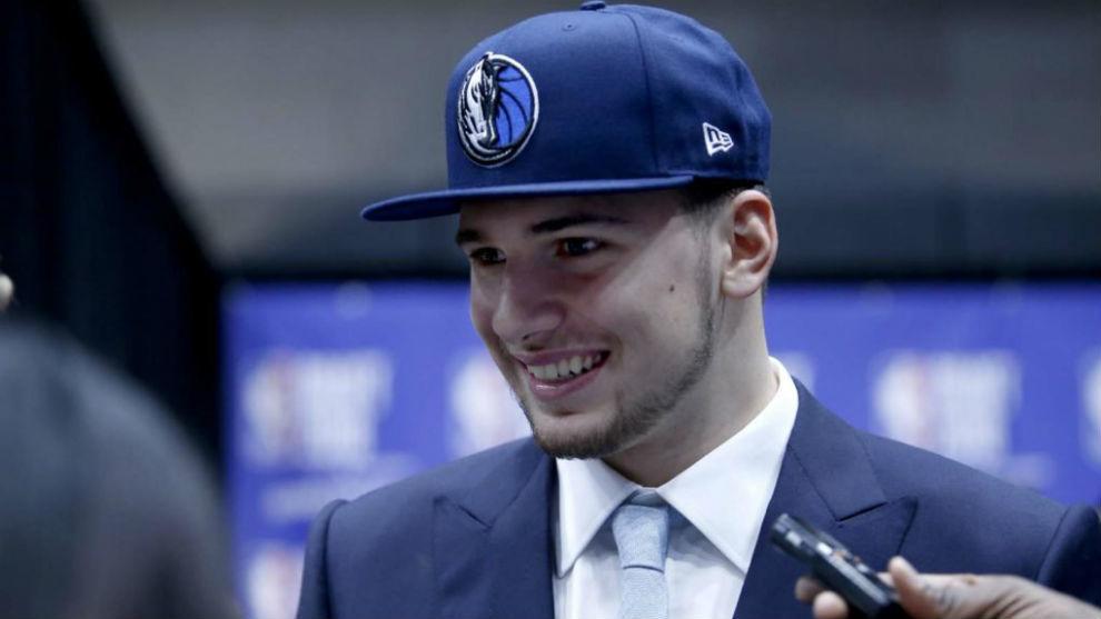 Luka Doncic con la gorra de los Dallas Mavericks