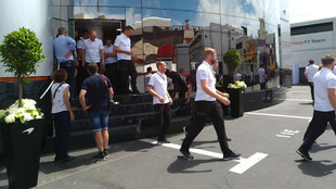 Miembros de McLaren saliendo del hospitality