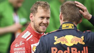 Max Verstappen, charlando con Sebastian Vettel