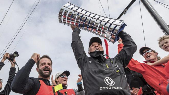 Horace, del Dongfeng, levantando el trofeo de campeón de la Volvo