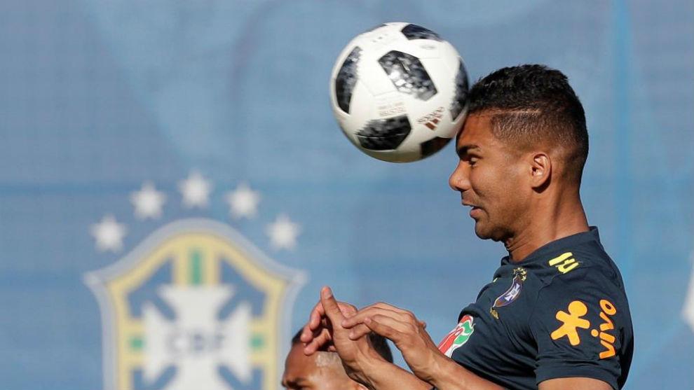 Casemiro remata un balón en un entrenamiento de Brasil en Sochi.