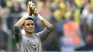 Keylor saluda a su afición tras caer ante Brasil.