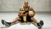 Bruce Bowen con uno de sus anillos de campeón de la NBA