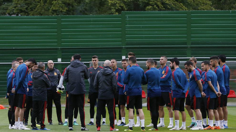 Los jugadores de la selección antes de un entrenamiento.