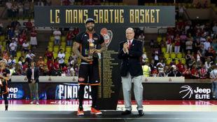 Romeo Travis recibe el MVP de manos del Príncipe Alberto de Mónaco.