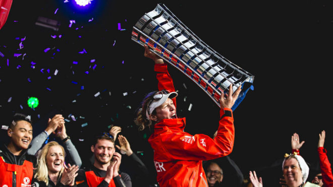 Carolijn Brouwer levanta el trofeo de campeona de la Volvo Ocean Race