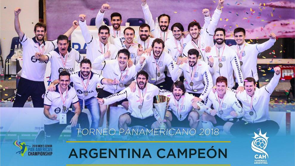 La plantilla de la selección argentina celebra la victoria en el...