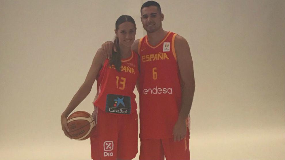 Tamara y Alberto Abalde posan con la camiseta de la selección