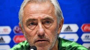 El seleccionador australiano, Van Marwijk, en una rueda de prensa