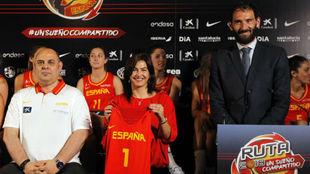 María José Rienda, entre el seleccionador femenino Lucas Mondelo y...