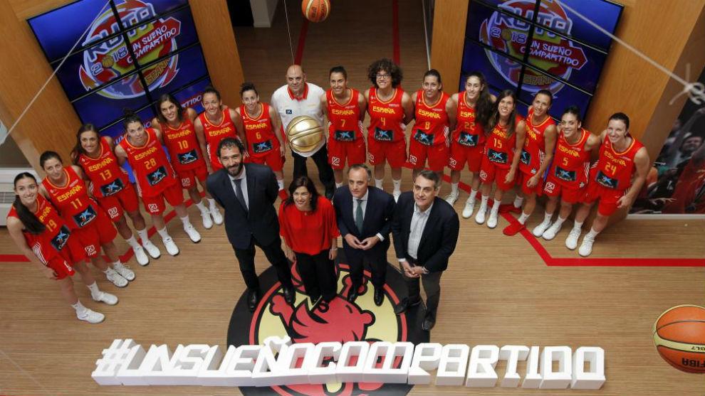 Foto de familia de la presentación de la selección femenina.