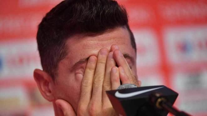 Lewandowski se tapa la cara en una rueda de prensa.