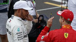 Hamilton habla con Vettel.