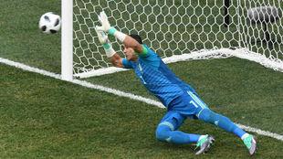 El Hadary, parando el penalti a Al Muwallad.