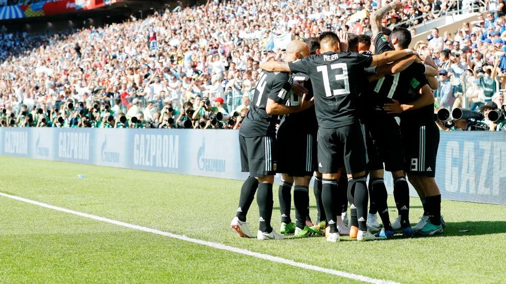Los jugadores de Argentina se abrazan tras el gol marcado por Agüero en la primera jornada ante Islandia.