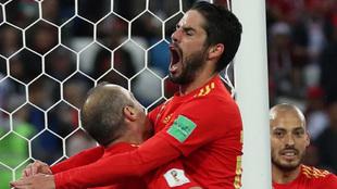 Isco celebra con Iniesta su gol a Marruecos