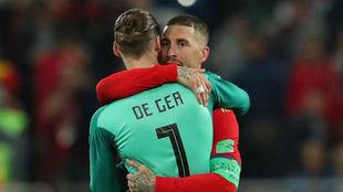 Ramos y De Gea se abrazan al final del partido